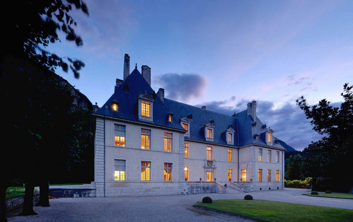 Magnifique exemple de l'architecture française, le Château de Sassenage construit entre 1662 et 1669, a su préserver l'identité de ses différents espaces de vie. Tant par la richesse de ses décors que par la diversité de son mobilier d'époque, il témoigne d'un certain art de vivre aux XVIIe et XVIIIe siècles. Son parc paysager d'une superficie de huit hectares permet de belles et paisibles promenades.Retour ligne automatique Capacité d'accueil : 150 à 200 personnesRetour ligne automatique www.chateau-de-sassenage.comRetour ligne automatique Allée du Château / Sassenage